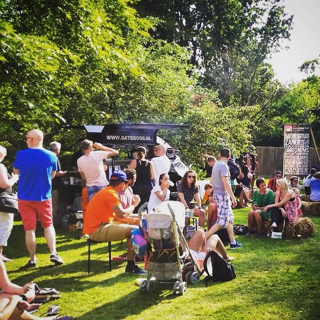 Foodtruck van Satéboss in park met mensen