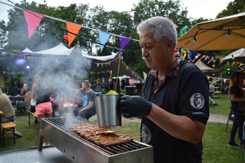 Paul bakt saté van Satéboss op festival voor Het Vergeten Kind