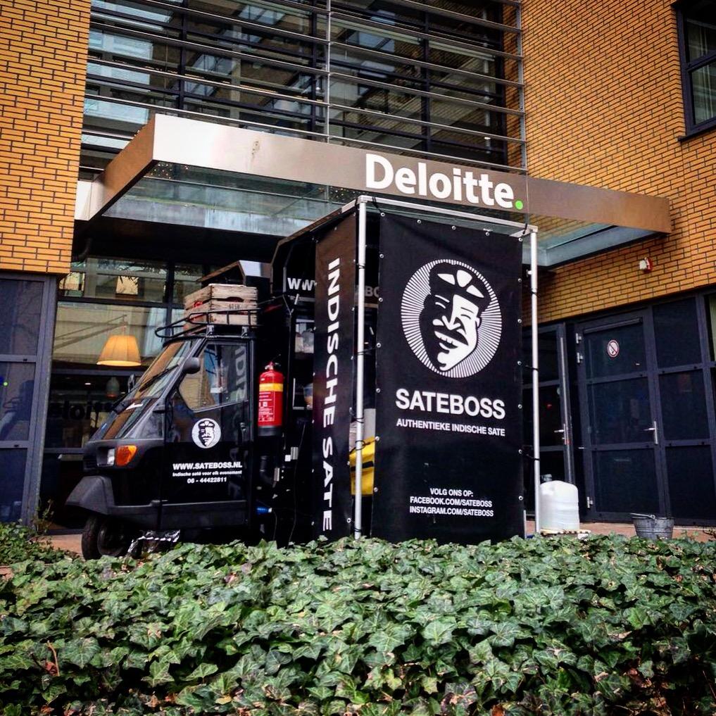 Satéboss Foodtruck verzorgt een catering voor Deloitte in Arnhem.