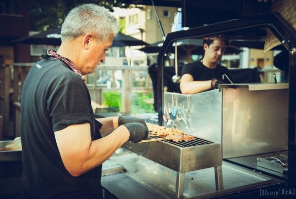 Paul van satéboss bakt saté tijdens festival Rrrollend