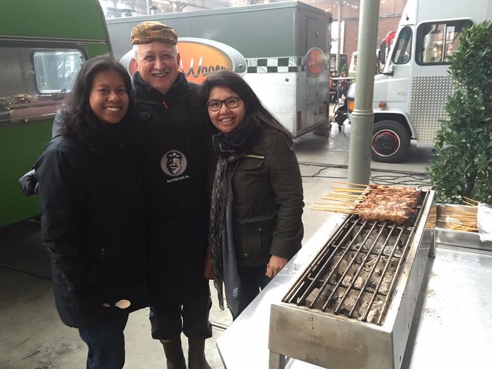 Paul van Satéboss op de foto met fans uit Indonesië