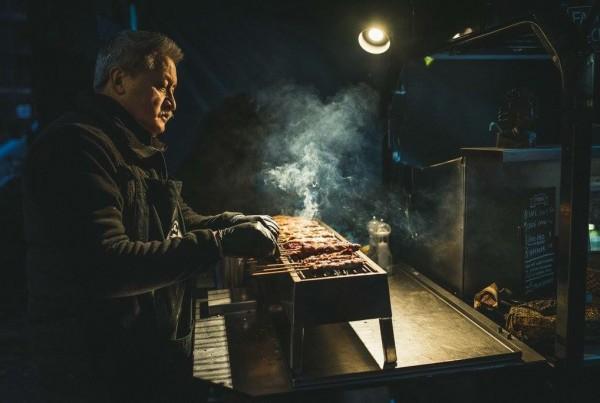 Paul van Satéboss bakt saté op grill