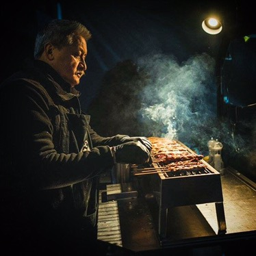 Paul van Satéboss Foodtruck bakt saté op grill