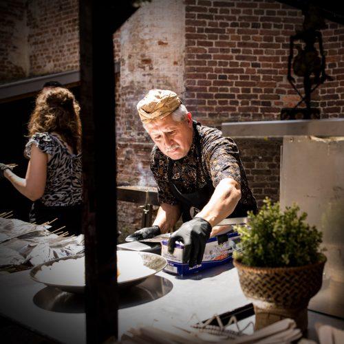 Foto van Paul Hartman tijdens een catering op locatie van Sateboss