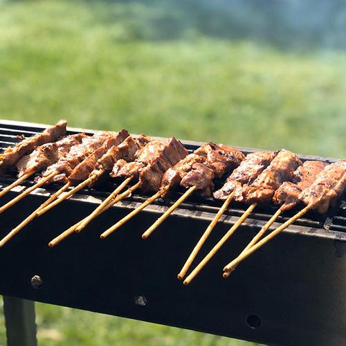 Foto van sate babi (varken) op de barbecue van Sateboss