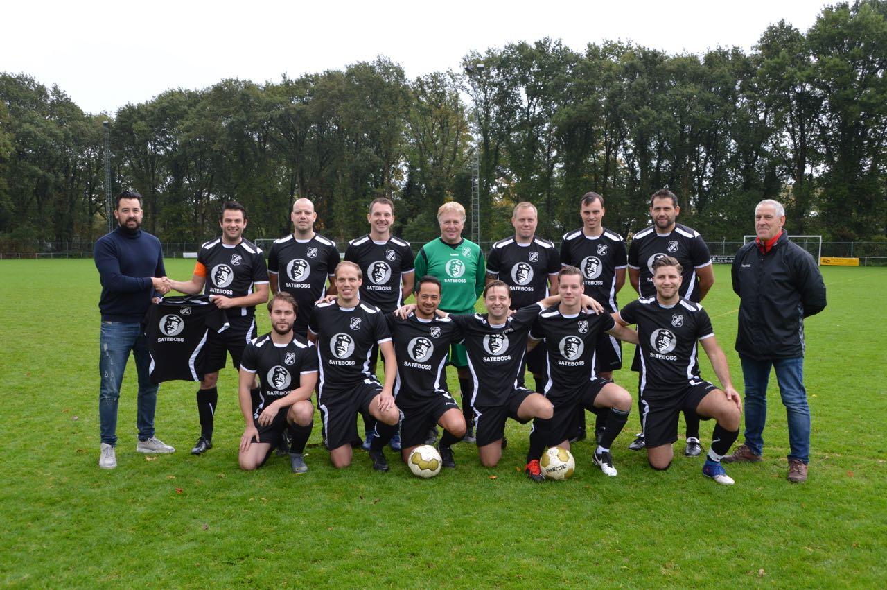 Sateboss sponsort shirts voor derde elftal van voetbalclub Candia '66 uit Rhenen