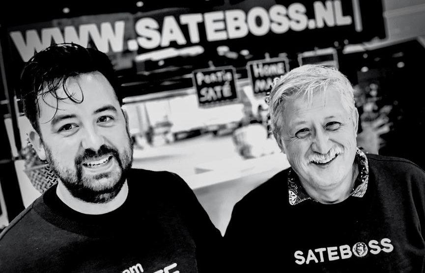 Zwart wit foto van Raphael Hartman en Paul Hartman poserend voor de foodtruck van Sateboss